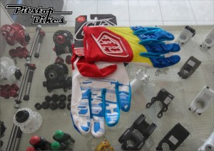 GLOVE_TLD_YELLOW_BLUE